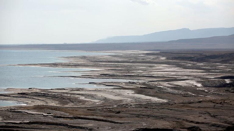 Der Rückgang des Ufers am Toten Meer wird sichtbar in der Nähe vom Kibbutz En Gedi in Israel, 22.Januar 2017. Mit dem rapiden Senkung des Wasserspiegels um mehr als einen Meter pro Jahr werden 'Sinkholes' zu einem verbreiteten Problem und stellen eine Gefährdung für Landwirtschaft und Tourismus dar. Die stetige Austrocknung des Toten Meeres bedroht nicht nur dessen Existenz sondern auch die Grundwasserresourcen der Region.