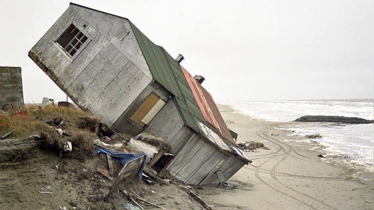 Ein Haus im Ort Shishmaref auf der Insel Sarichef in Alaska.