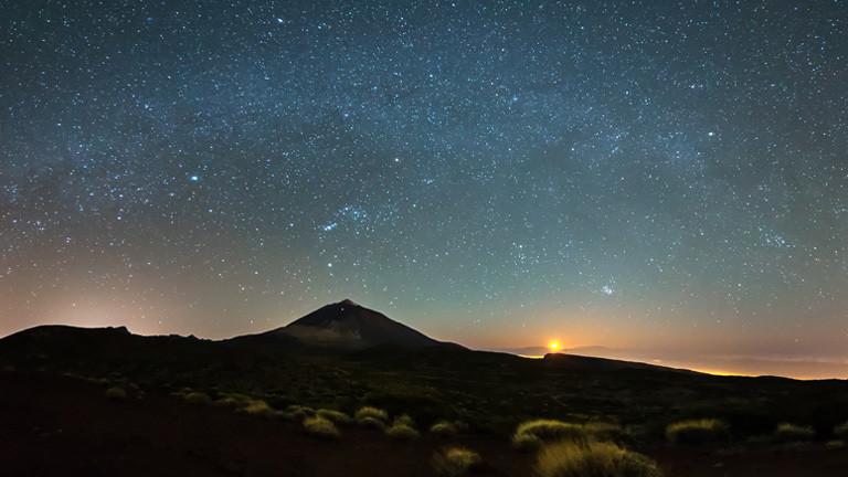 Der Mond geht neben dem Pico del Teide auf Teneriffa unter.