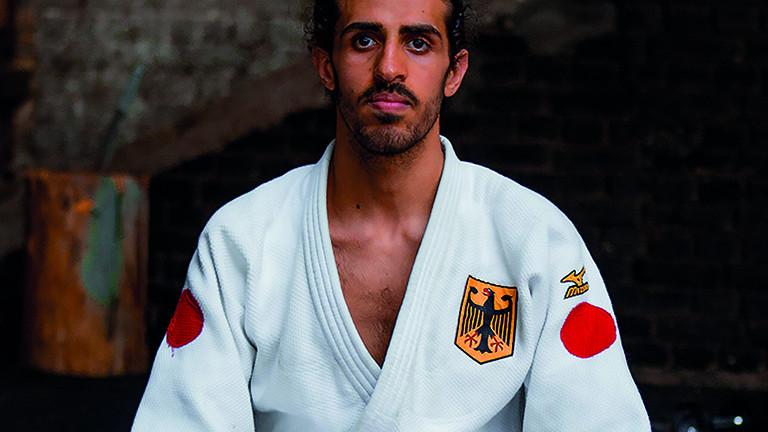 Portrait von Shugaa Nashwan, der Judoka trägt einen Judoanzug der Nationamannschaft mit Bundesadler