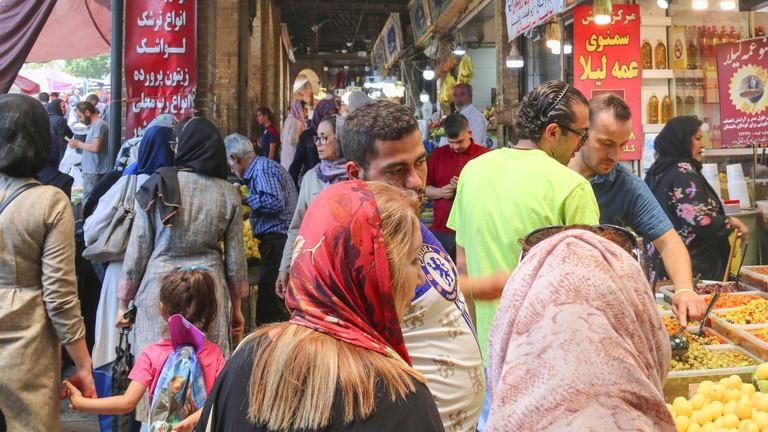Menschen auf einem Markt in Teheran