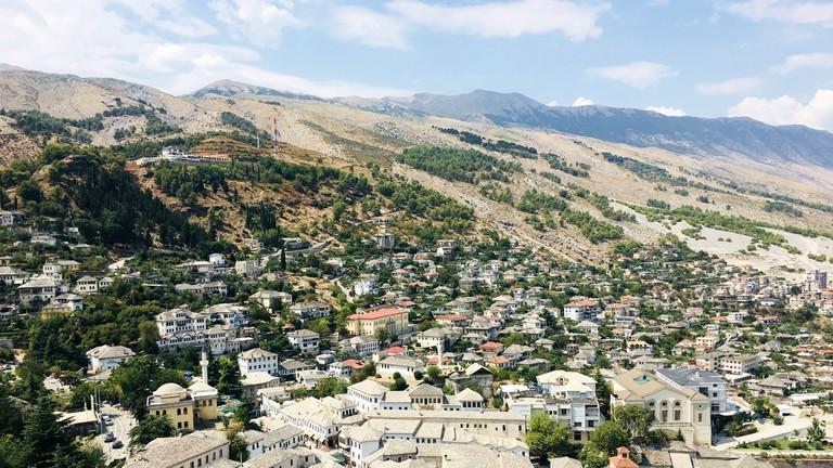 Eine Stadt in Albanien von oben fotografiert.