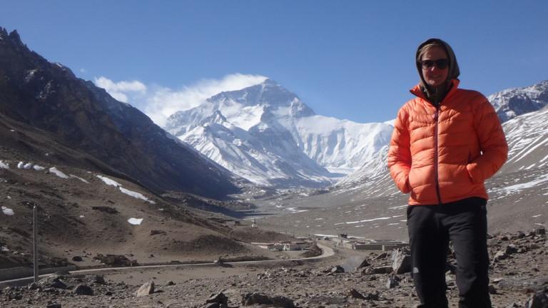 Julia Schultz im Himalaya, im Hintergrund der Mount Everest