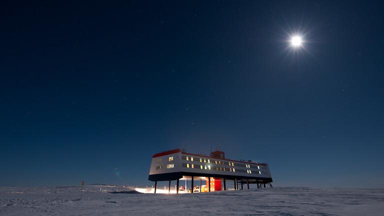Die deutsche Antarktis-Forschungsstation Neumayer-Station III, Aufnahme bei Nacht/Dunkelheit.