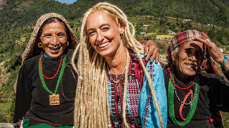 Stella Deetjen mit zwei einheimischen Frauen in Nepal.