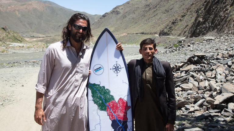 Afridun Amu mit einem Surfbrett in Afghanistan.