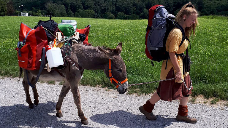 Lotta Lubkoll unterwegs mit ihrem Esel