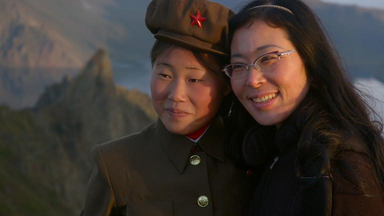 Zwei Frauen - eine davon in Uniform.