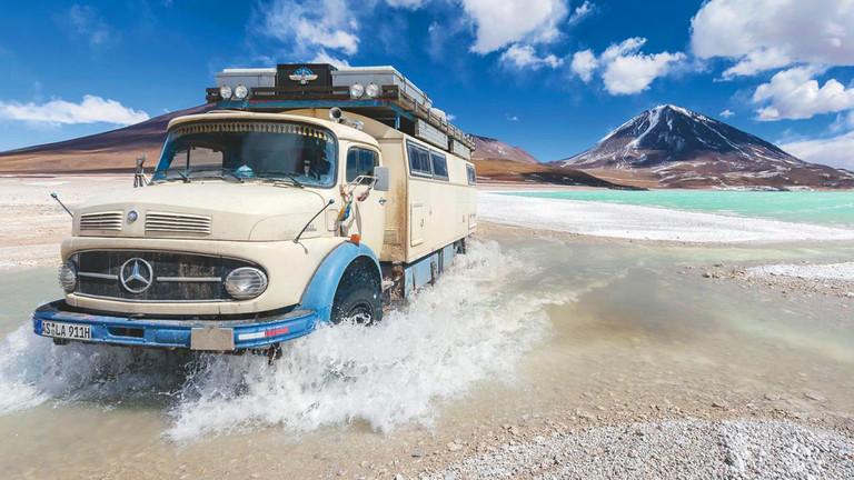 Ein Oldimer-LKW unterwegs in Bolivien