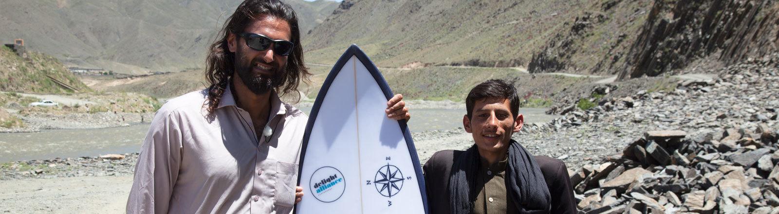 Afridun Amu mit einem Surfbrett in Afghanistan
