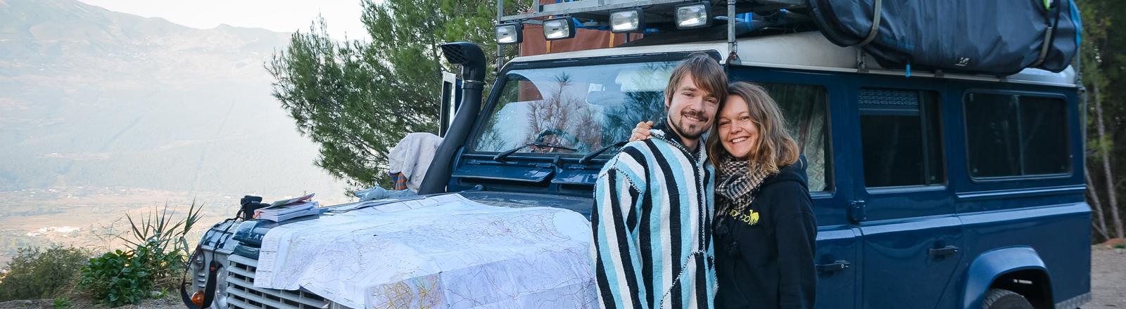 Ulrich Stirnat und Lena Wendt vor ihrem Jeep in Marokko
