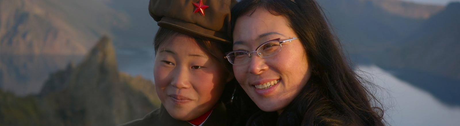 Zwei Frauen - eine davon in Uniform