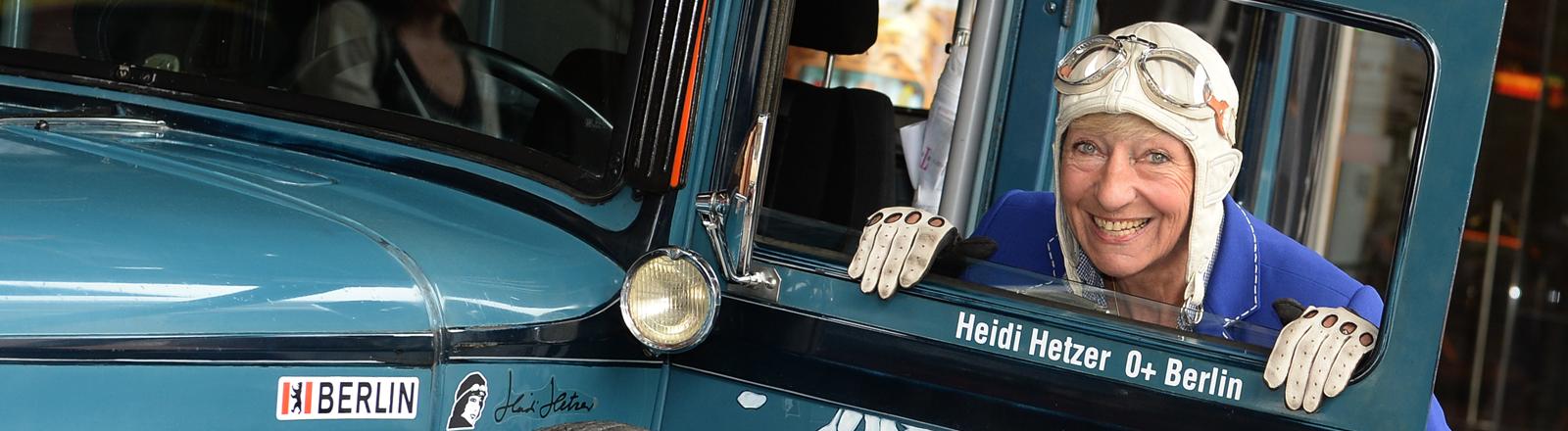 Heidi Hetzer in ihrem Auto.