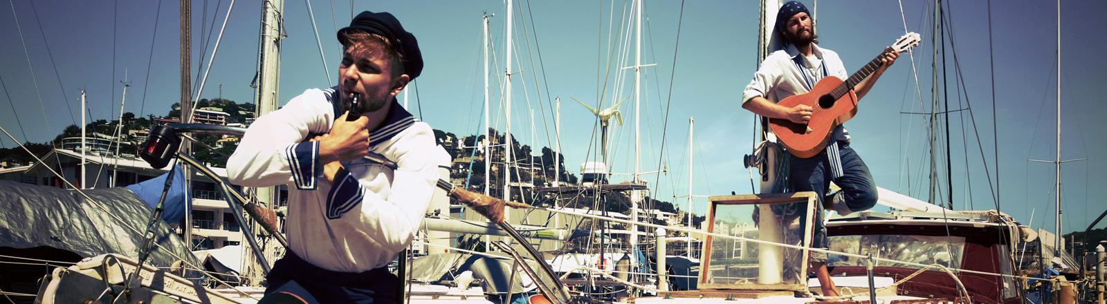 Zwei Männer auf einem Seegelboot