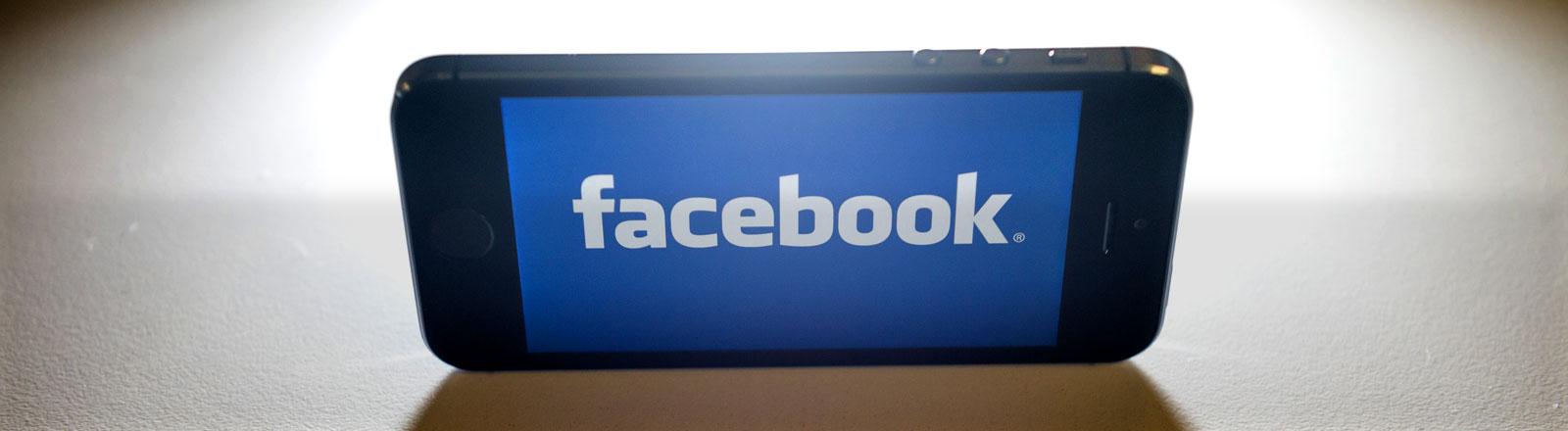 Das Facebook-Logo auf einem Smartphone.
