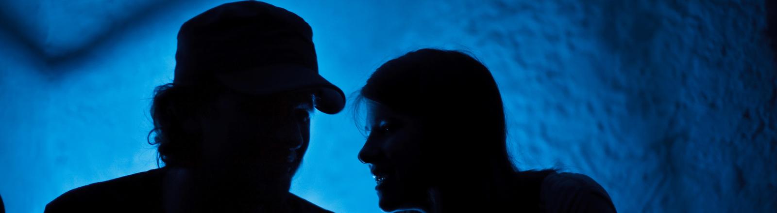 Ein Mann und eine Frau schauen sich an.