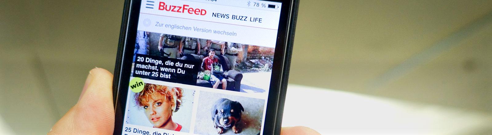 Auf einem Handydisplay ist am 16.10.2014 in Berlin der deutsche Internetauftritt des US-amerikanischen Online-Portals Buzzfeed zu sehen.