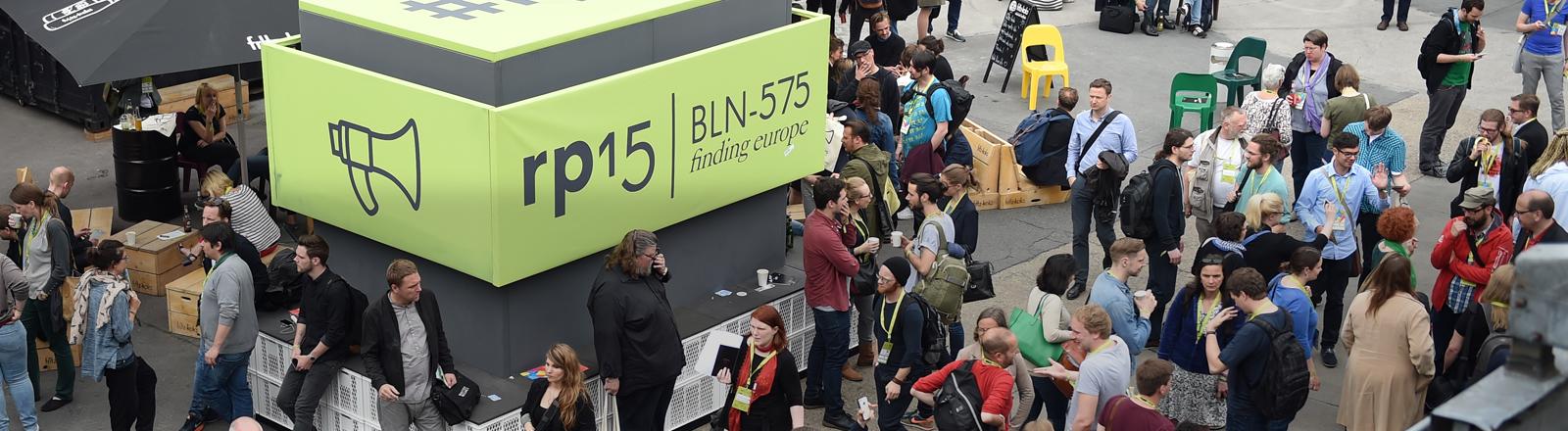 """Besucher strömen am 05.05.2015 zur Internetkonferenz Re:publica in Berlin. Die Konferenz läuft vom 05.05.2015 bis 07.05.2015 unter dem Motto """"Finding Europe""""."""
