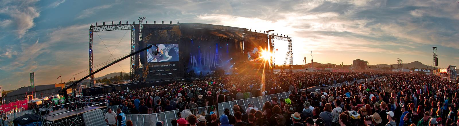 """Fans stehen am 07.06.2015 in Mendig (Rheinland-Pfalz) beim Festival """"Rock am Ring"""" vor einer der Hauptbühnen."""