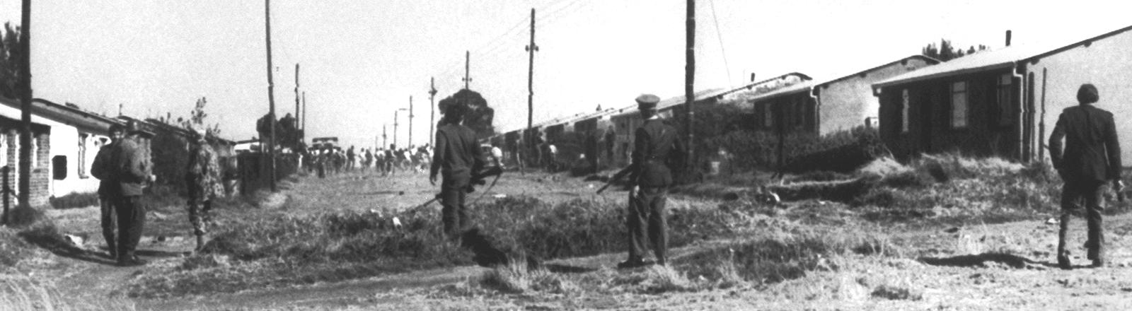 Ein starkes Polizeiaufgebot durchkämmt am 17.Juni 1976, dem zweiten Tag der Unruhen, Soweto. Rassenunruhen brachen im ganzen Land aus, nachdem am 16. Juni 1976 ein Protestmarsch von Schülern in Soweto