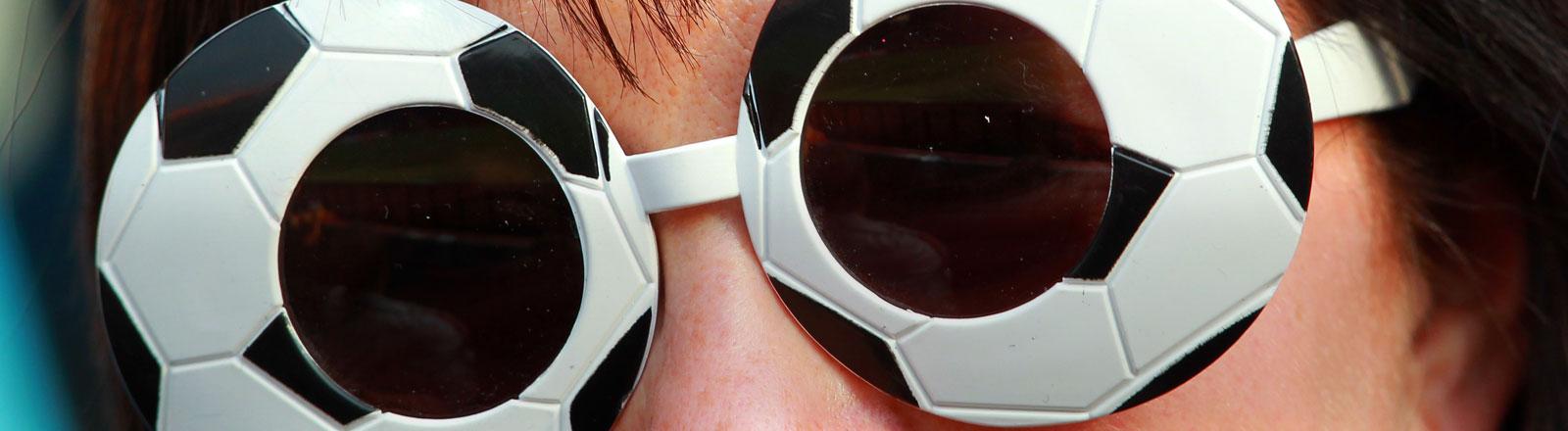 Eine Person mit einer Fußballbrille.