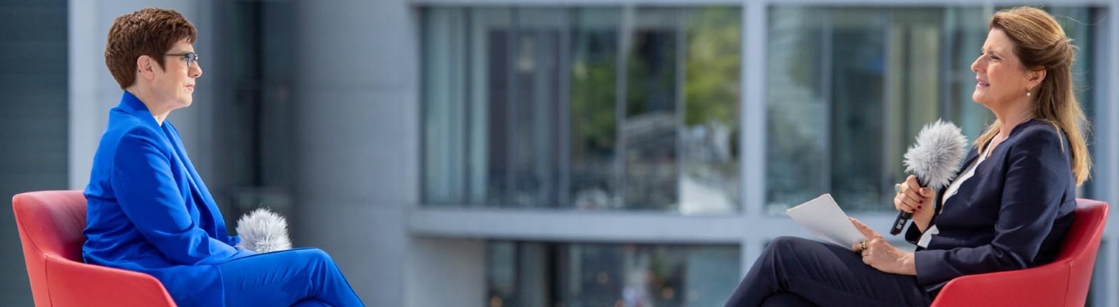 Annegret Kramp-Karrenbauer, Bundesministerin der Verteidigung und CDU-Bundesvorsitzende beim ARD-Sommerinterview mit Moderatorin Tina Hassel, Juli 2020.