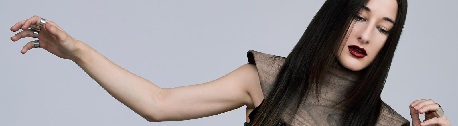 Die Sängerin Zola Jesus auf einem Pressefoto.