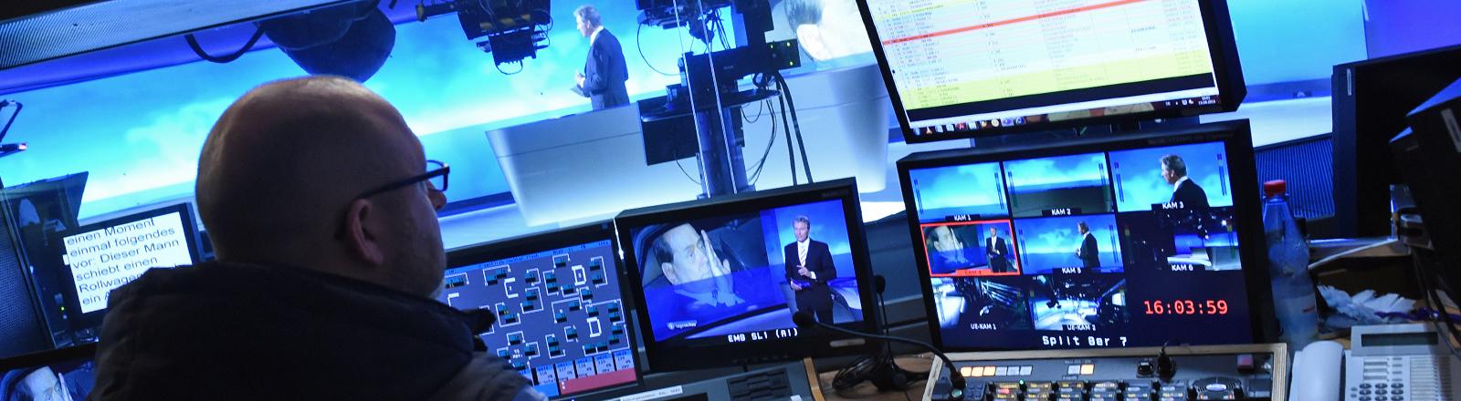 """Moderator Claus-Erich Boetzkes ist am 15.04.2014 im neuen """"Tagesschau""""-Studio beim NDR in Hamburg auf den Bildschirmen in der Regie zu sehen."""