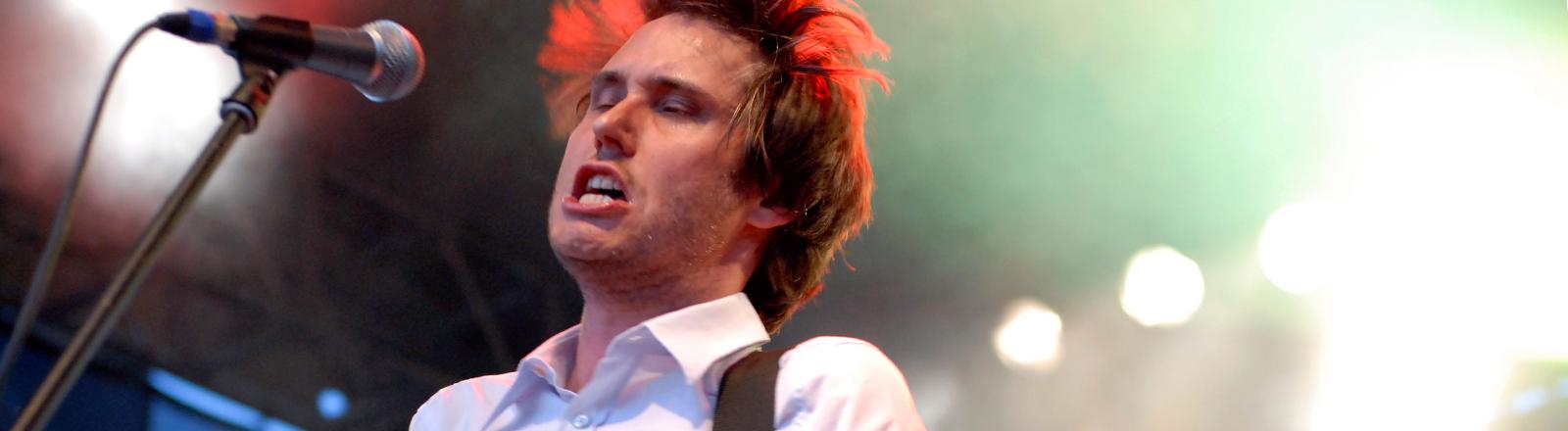 """Der Sänger Dirk von Lowtzow von der Hamburger Band """"Tocotronic"""", aufgenommen am 27.07.2007 im Berliner Poststadion beim Berlin-Festival."""