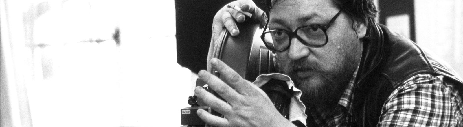 """Der Regisseur und Filmproduzent während der Dreharbeiten zu dem Film """"Lola"""" am 14. Mai 1981 in München."""