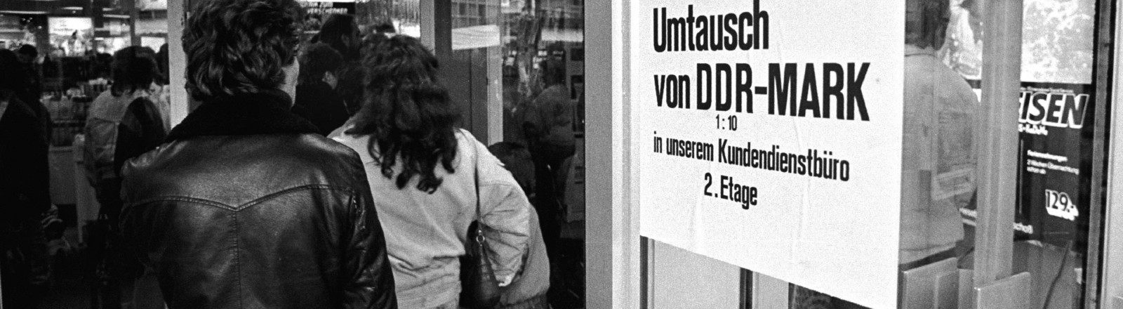 November 1989: Nach der Maueröffnung tauschen Kundinnen und Kunden in DDR-Mark in D-Mark um.