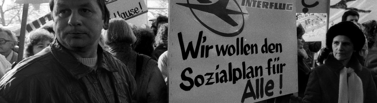 01.01.1991, Berlin: Demonstration gegen die Treuhandanstalt am Alexanderplatz 6. Beschaeftigte der DDR-Fluggesellschaft Interflug protestieren gegen das Ende des Betriebs.