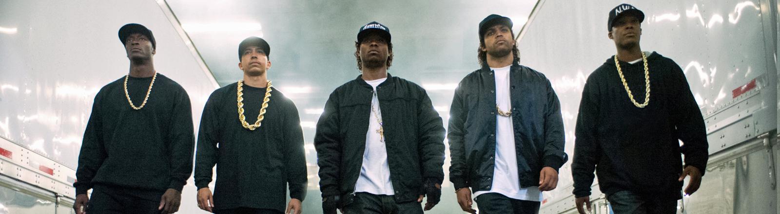 "Aldis Hodge als MC Ren, Neil Brown Jr. als DJ Yella, Jason Mitchell als Eazy-E, O'Shea Jackson Jr. als Ice Cube und Corey Hawkins als Dr. Dre in einer Szene des Kinofilms ""Straight Outta Compton""."
