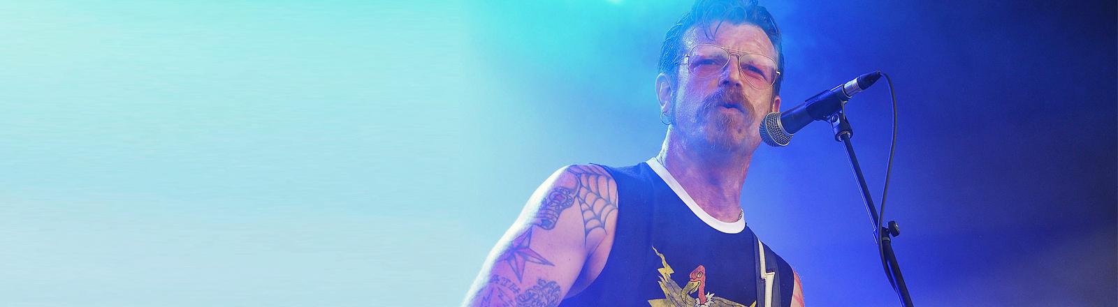 """Jesse """"The Devil"""" Hughes ist der Sänger der Band Eagles of Death Metal. Hier auf dem Eurockeennes Festival am 05.07.2015."""