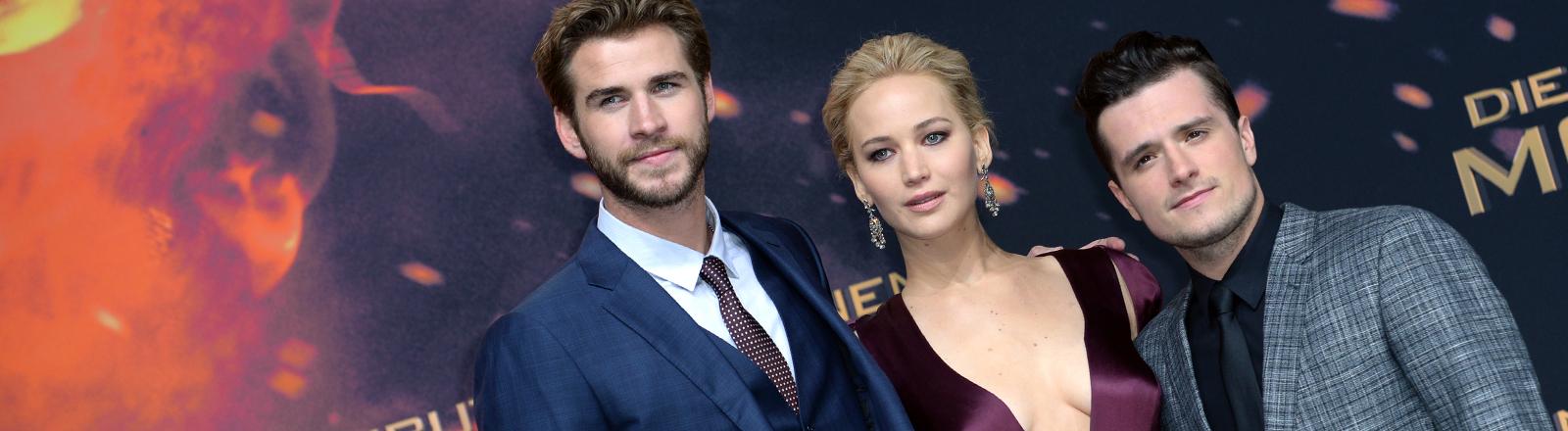 """Die Schauspieler Josh Hutcherson, Jennifer Lawrence und Liam Hemsworth (r-l) kommen am 04.11.2015 zur Weltpremiere des Abschlussfilms """"Die Tribute von Panem""""."""