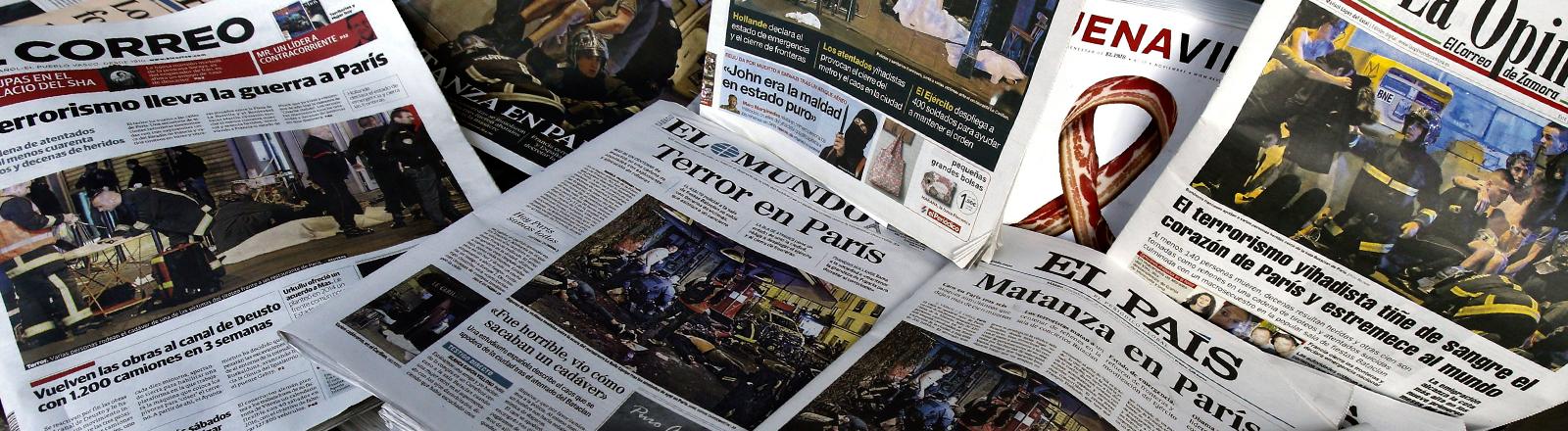 Zeitungen zeigen Schlagzeilen nach den Attentaten in Paris am 13.11.2015.