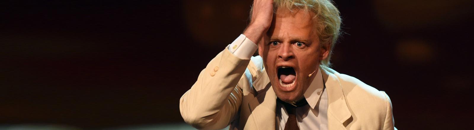 Der Komiker Max Giermann agiert am 20.10.2015 in Köln (Nordrhein-Westfalen) bei der Verleihung des Deutschen Comedypreises auf der Bühne.
