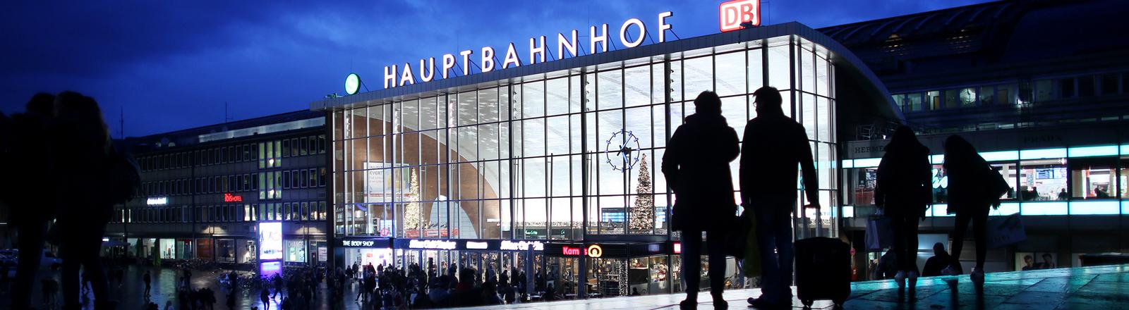 Reisende gehen am 05.01.2016 am abendlich beleuchteten Hauptbahnhof in Köln (Nordrhein-Westfalen) vorbei.