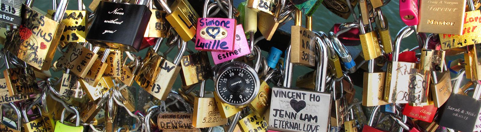 Liebesschlösser in Paris auf der Pont des Arts.