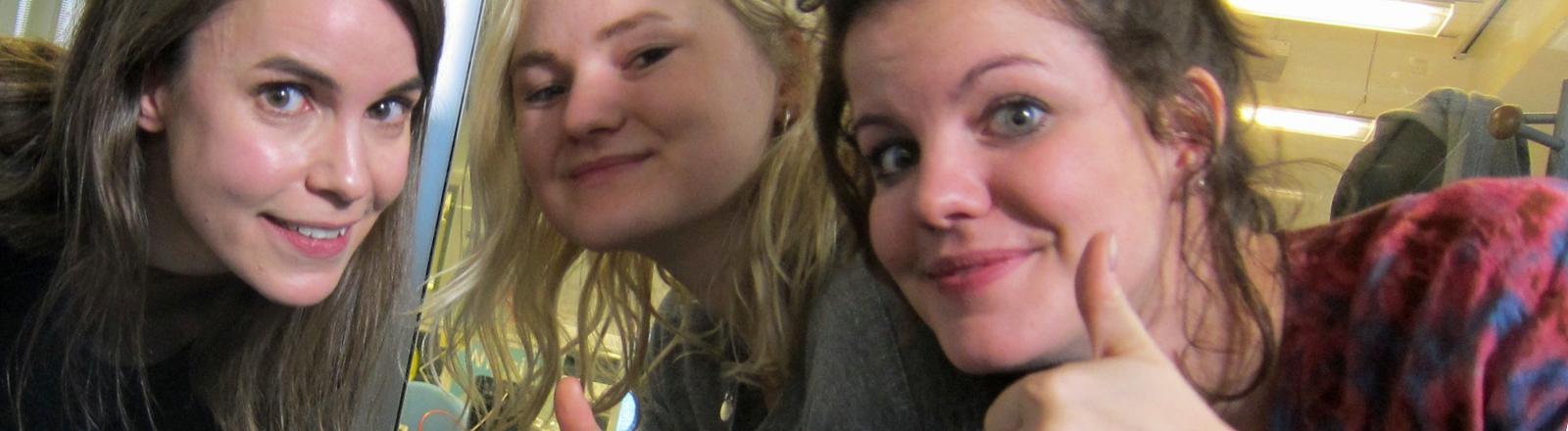 """Carlotta Cosials und Amber Grimbergen von der Bands """"Hinds"""" aus Madrid."""