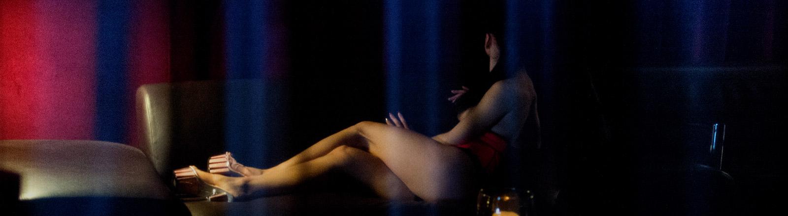 Eine Sexarbeiterin auf einem Sofa