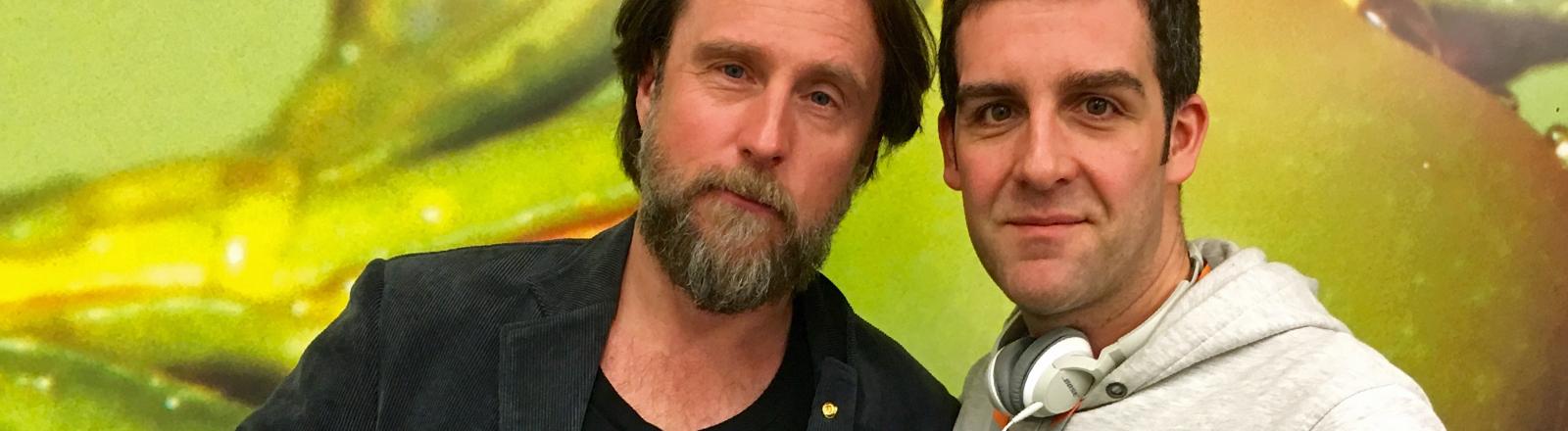 Schauspieler Bjarne Ingmar Mädel tifft sich mit DRadio-Wissen-Moderator Tom Westerholt.