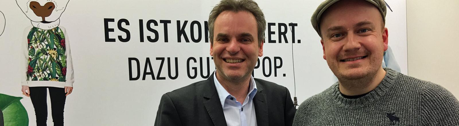 DJV-Chef, Journalist und Dozent Frank Überall besucht DRadio Wissen und Moderator Daniel Fiene.