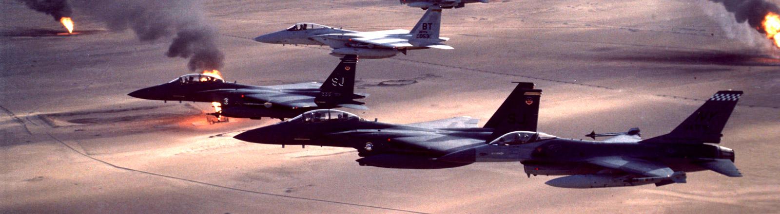 Kampfflugzeuge fliegen die Operation Desert Storm