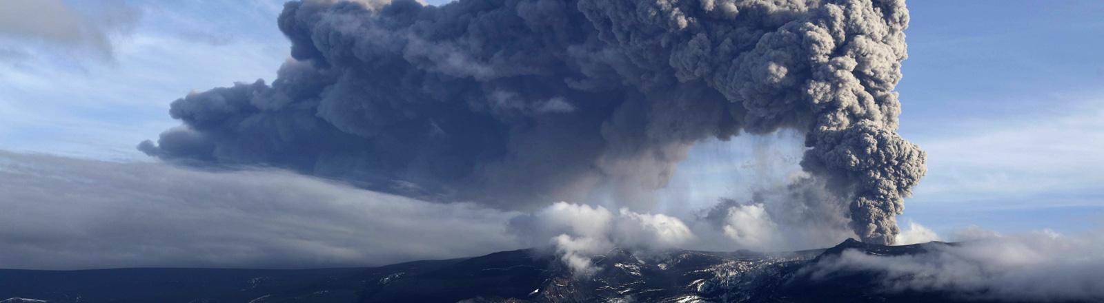 Beim Ausbruch des Vulkans Eyjafjallajökull 2010 hängt eine riesige Aschewolke über dem Vulkan.