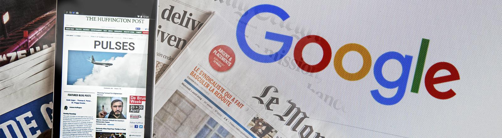 Das Google-Logo und analogen und digitale Zeitungen.