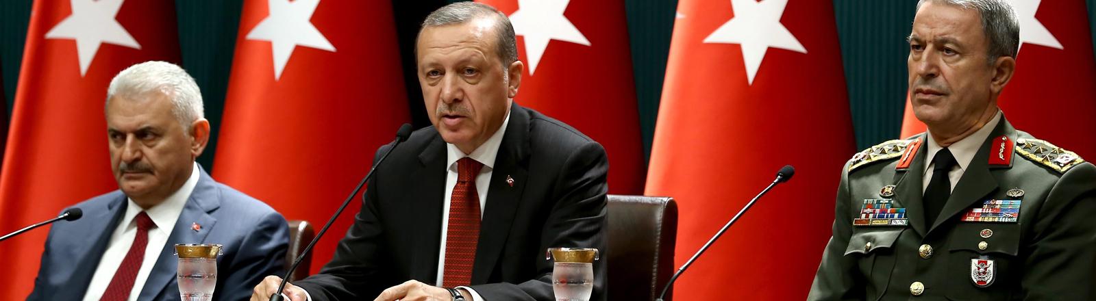 Der türkische Präsident Recep Tayyip Erdoğan bei einer Pressekonferenz am 21.07.2016 mit dem Premierminister Binali Yildirim und dem Obersten Befehlshaber Hulusi Akar.