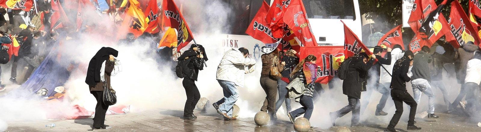 Türkische Demonstranten fliehen 2013 vor Gasrauch, den die Polizei in die Menge schießt.