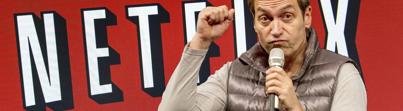 Dieter Nuhr vor dem Logo von Netflix.