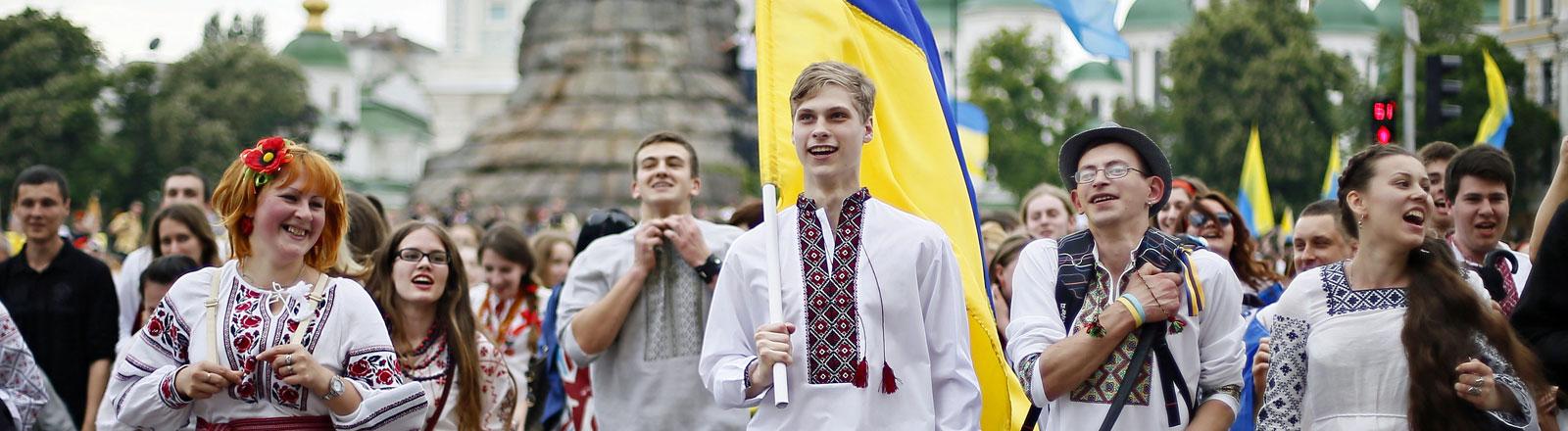Junge Ukrainer in traditioneller Tracht mit Nationalflaggen im Mai 2014 in Kiew.